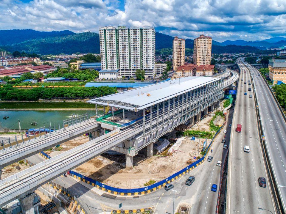 Pemasangan struktur dan perlindungan bumbung sudah siap 75%. Kerja-kerja luaran seperti dinding penahan, kerja-kerja jalan dan kerja-kerja saliran sedang dijalankan di Stesen MRT Sri Damansara Timur.
