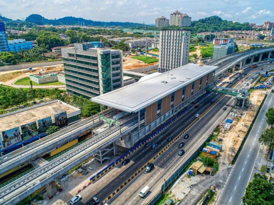 Pemasangan struktur besi sedang dijalankan di Pintu A dan B dan pengurungan kabel mekanikal dan elektrikal di Kekuda 1 Stesen MRT Sri Damansara Barat