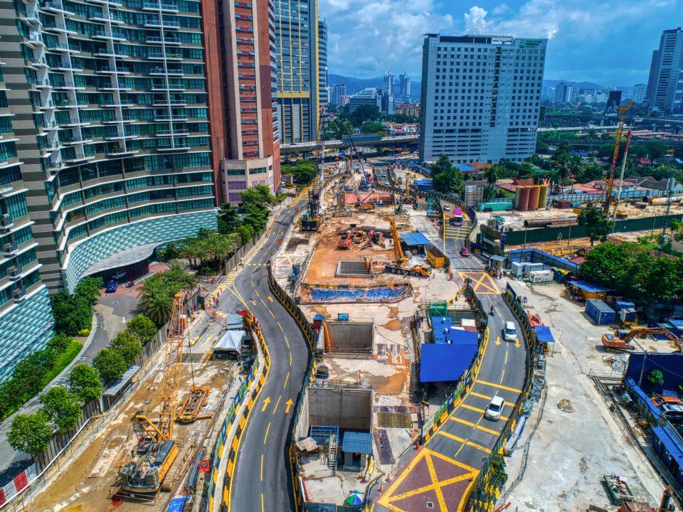 Pandangan keseluruhan kerja-kerja pembinaan rancak dijalankan di Stesen MRT Raja Uda, berhadapan dengan Setia Sky Residence.
