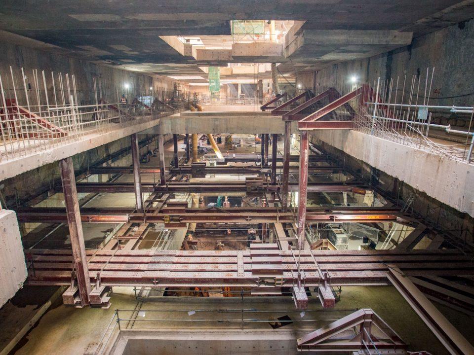 Pandangan pemasangan sistem sengkang lapisan 1 untuk menyokong dinding diafragma semasa aktiviti penggalian di Stesen MRT Ampang Park