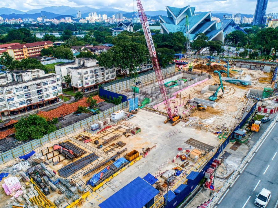 Pandangan udara tapak Stesen MRT Hospital Kuala Lumpur menunjukkan kerja-kerja pembinaan yang sedang dijalankan.