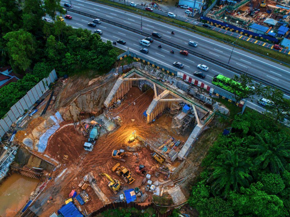 Pandangan laluan bawah berhampiran Lebuhraya KL-Seremban. Kerja-kerja terowong mikro sedang dijalankan di bahagian selatan manakala kerja-kerja penggalian pula di bahagian utara.