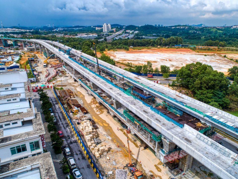 Persediaan untuk pemasangan parapet sedang dijalankan di Stesen MRT Putra Permai.