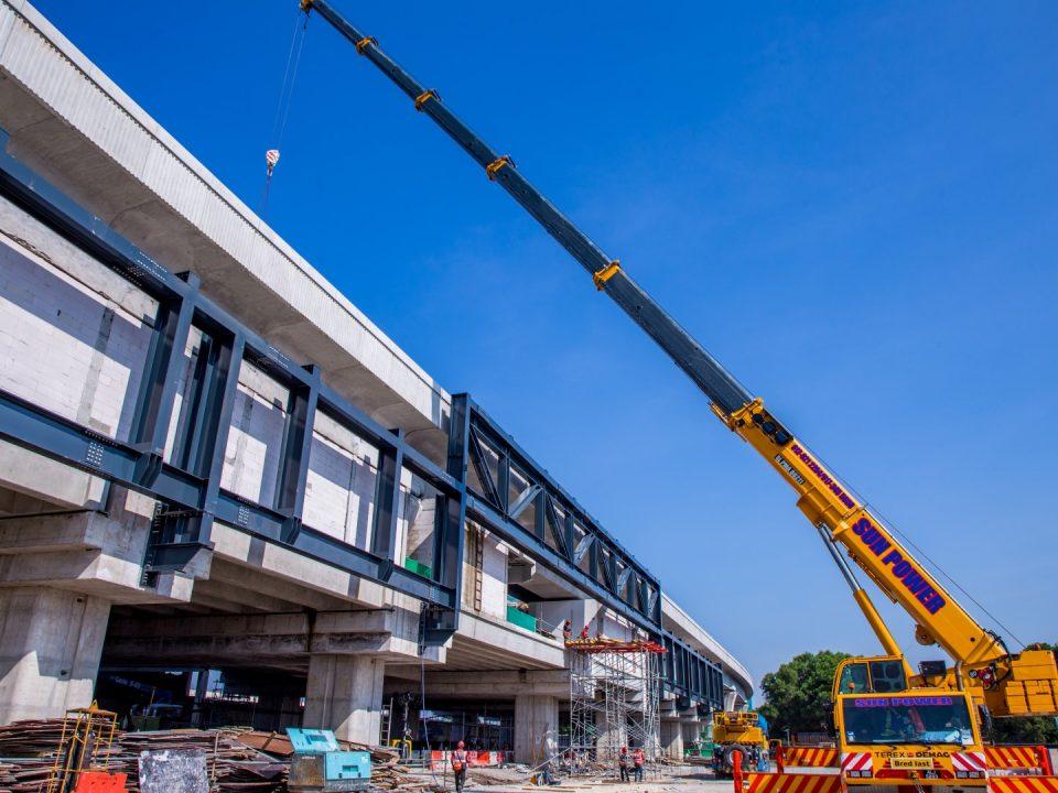 Pandangan pembinaan fakad sedang dijalankan di tapak Stesen MRT Putrajaya Sentral.