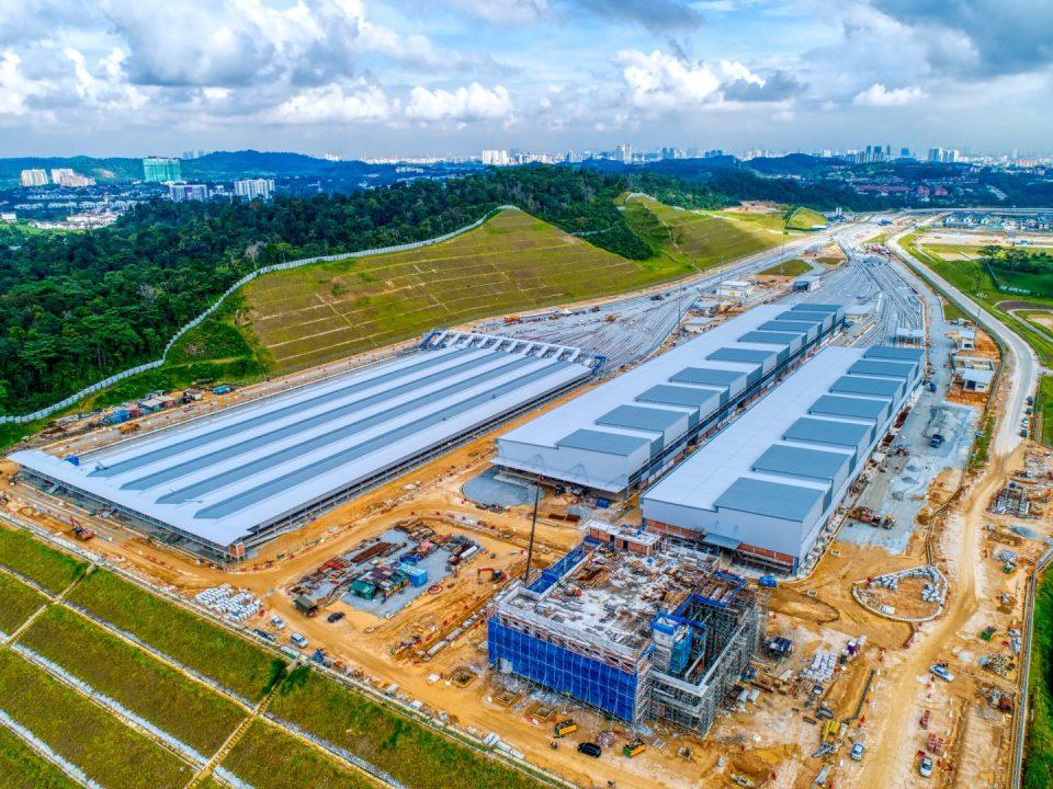 Pandangan udara Depoh Serdang menunjukkan pembinaan pejabat pentadbiran, kerja-kerja bata dan melepa sedang dijalankan.