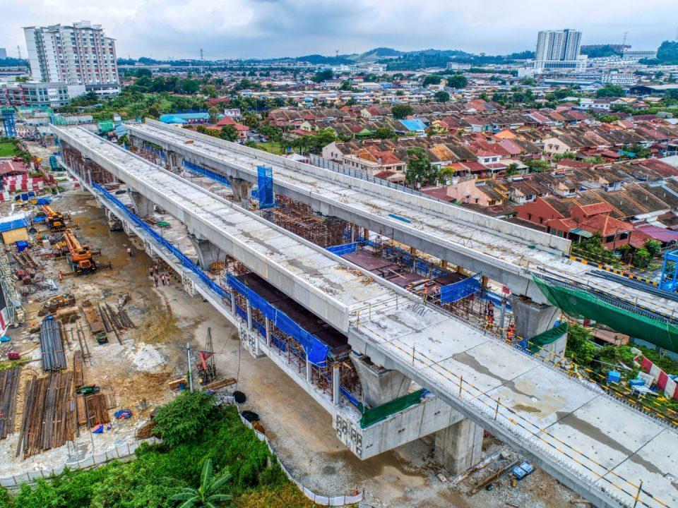 Pandagan udara Stesen MRT Serdang Jaya menunjukkan papak-papak konkrit tetulang untuk bilik-bilik sistem dan bukan sistem sedang dijalankan.