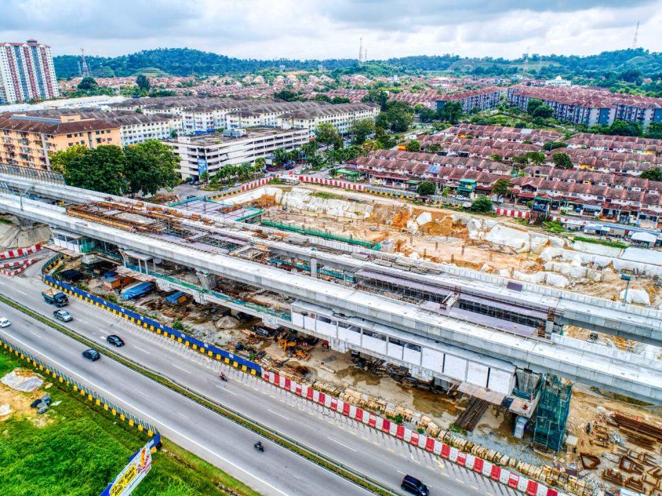 Pandangan udara Stesen MRT Taman Equine menunjukkan kerja-kerja landasan sedang dijalankan.