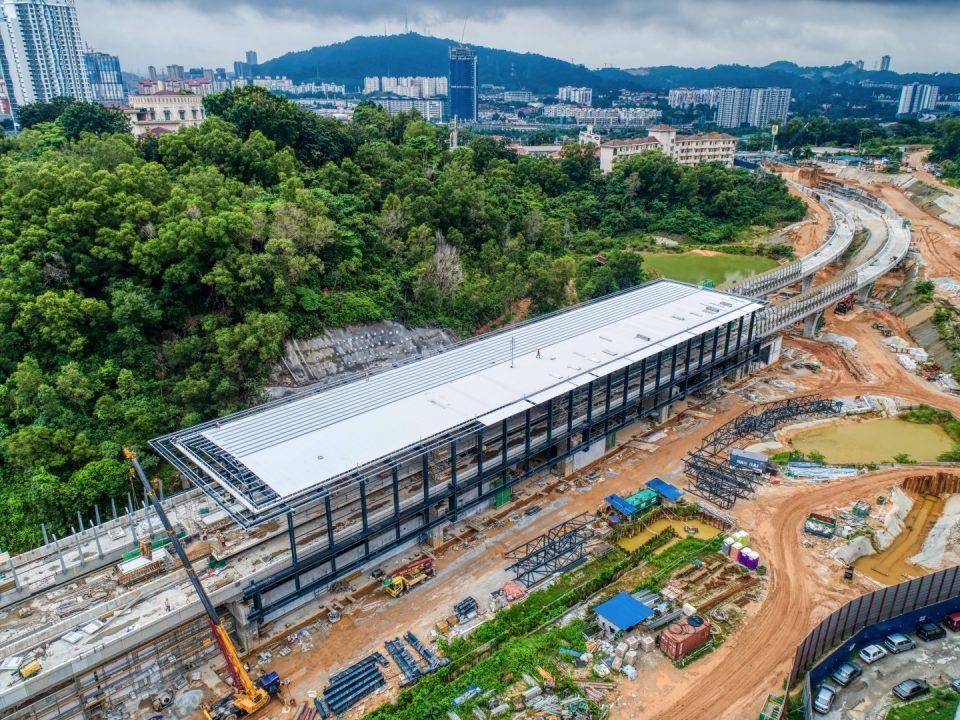 Pemasangan struktur besi dan lapisan bumbung sedang dijalankan di tapak Stesen MRT Taman Naga Emas menunjukkan