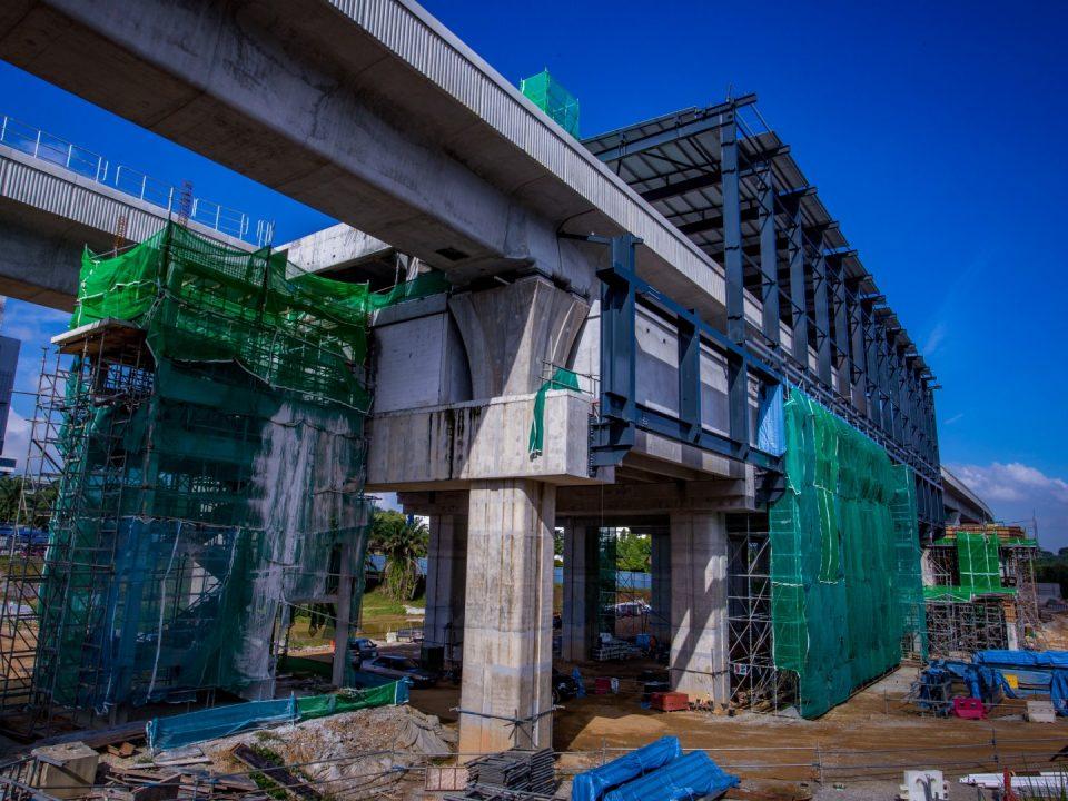Kerja-kerja bumbung sedang dijalankan di tapak Stesen MRT Cyberjaya City Centre.