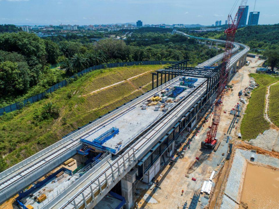 Pandangan udara tapak Stesen MRT Cyberjaya Utara menunjukkan papak aras platform sudah siap dan kerja-kerja tuangan sedang dijalankan.