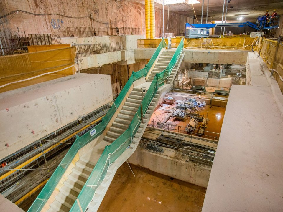 Pandangan konkrit tetulang kekal untuk tangga dari platform bawah ke platform atas di platform bawah Stesen MRT Persiaran KLCC.