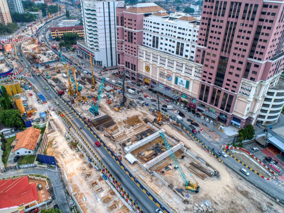Pandangan udara tapak Stesen MRT Jalan Ipoh menunjukkan rasuk portal dan kerja-kerja cerucuk gerek sekan sedang dijalankan.