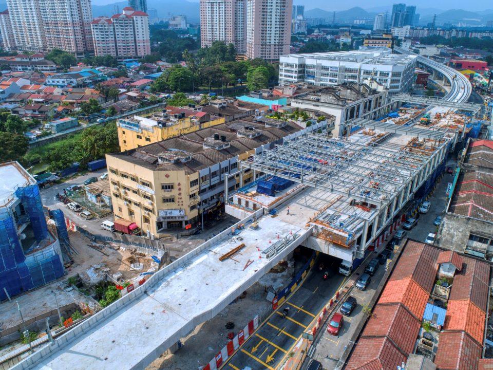 Pandangan udara tapak Stesen MRT Kentonmen menunjukkan kerja-kerja struktur besi sedang dijalankan.