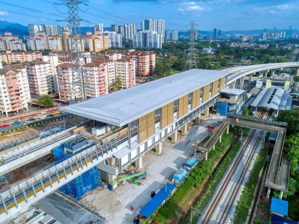 Pandangan udara Stesen MRT Kampung Baru menunjukkan kerja-kerja yang sedang dijalankan untuk penjubinan, kabel kekotak bunyi dan pemasangan rel.