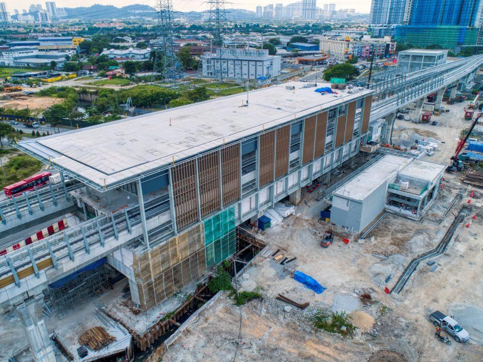 Pandangan udara tapak Stesen MRT Jinjang menunjukkan kerja-kerja melapik bumbung, fakad dan pemasangan kekotak bunyi sedang dijalankan.