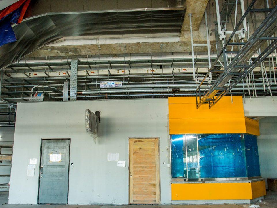 Pemasangan kekoatak bunyi di atas pintu Kutipan Tambang Automatik sedang dijalankan di Stesen MRT Kepong Baru.