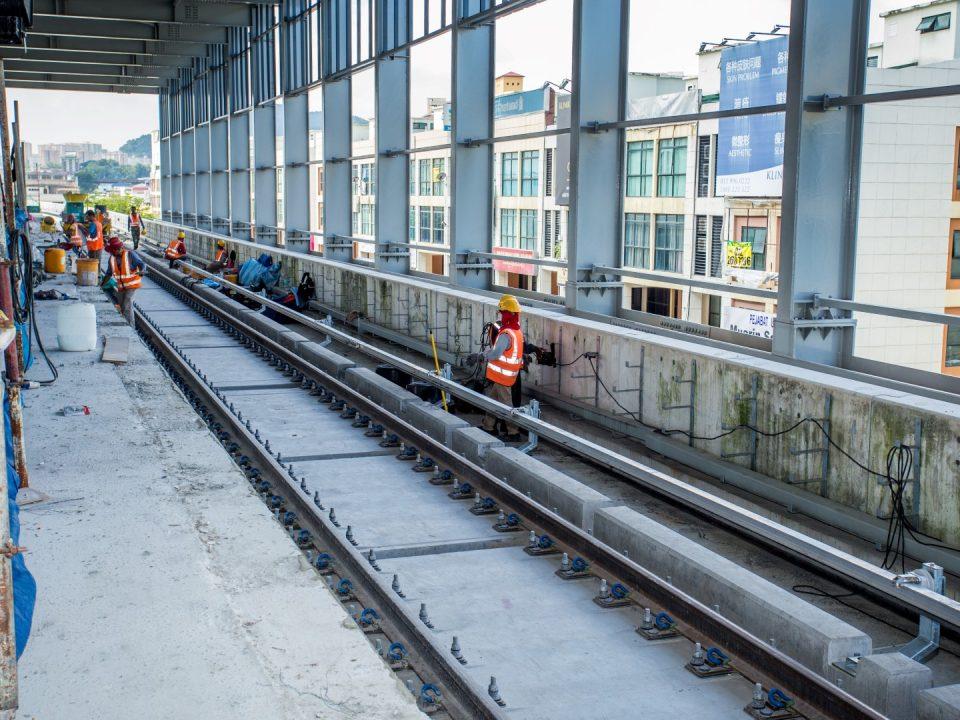 Pemasangan kuasa rel sedang dijalankan di Stesen MRT Metro Prima.