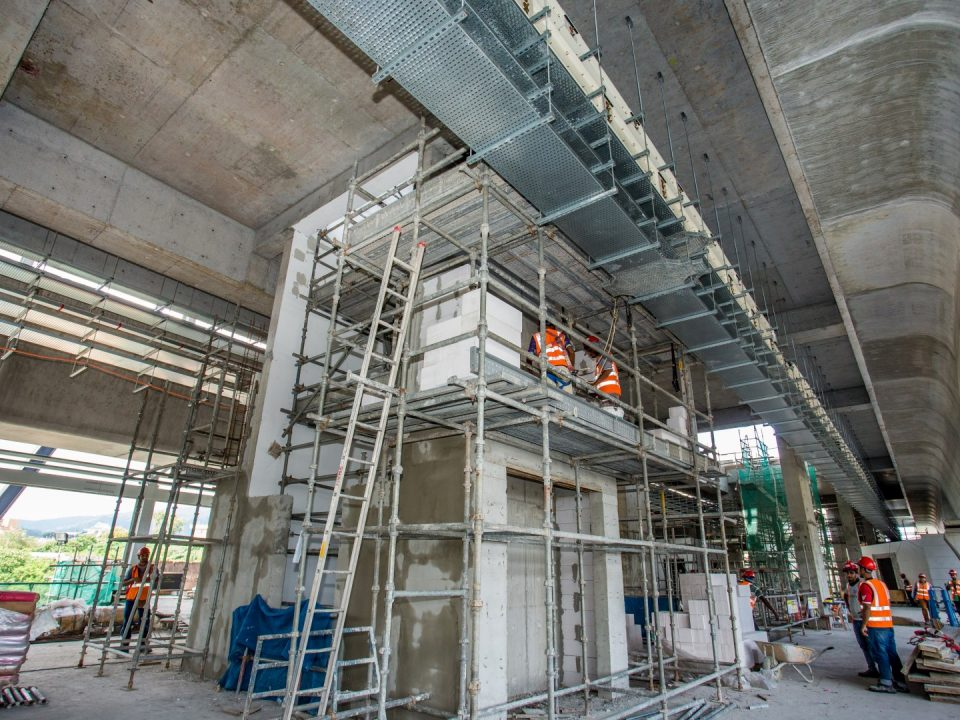 Dinding tembok untuk tetingkat sedang dijalankan untuk aras ruang legar Stesen MRT Sri Damansara Timur.