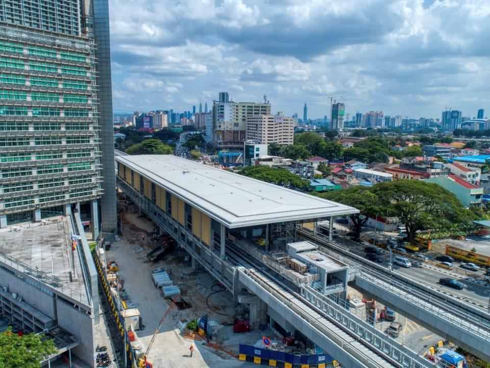 Pandangan udara tapak Stesen MRT Sri Delima menunjukkan kerja-kerja penjubinan dan kabel kekotak bunyi sedang dijalankan.
