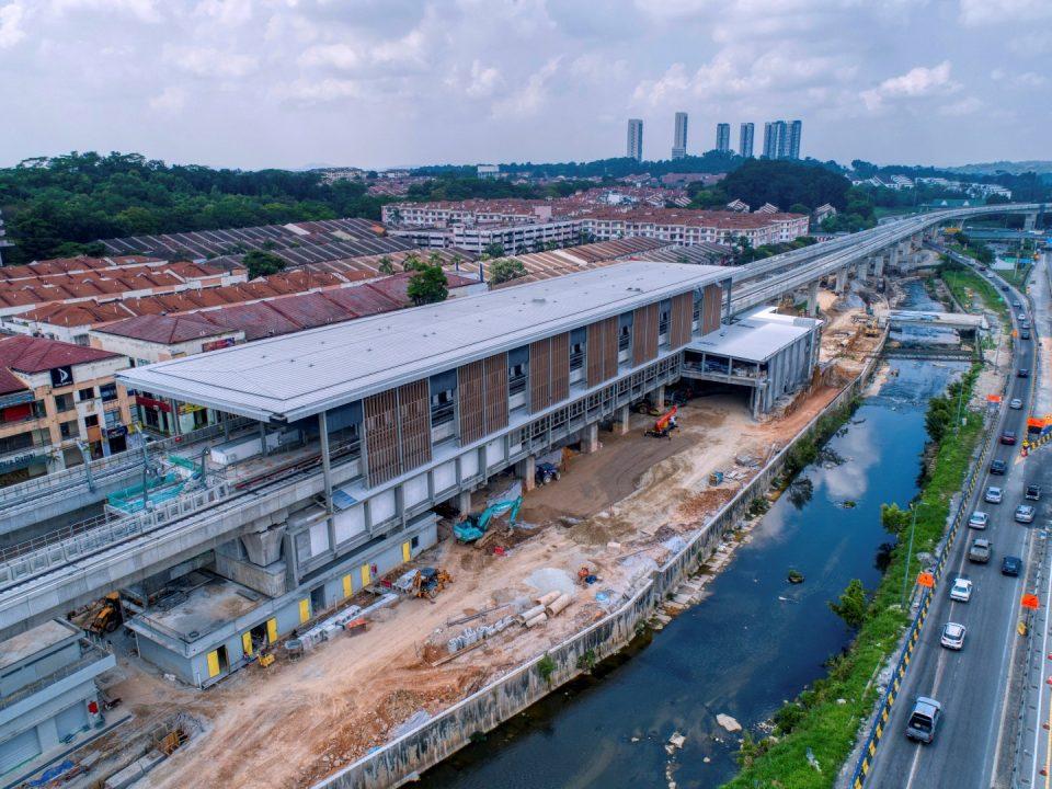 Pandangan udara tapak Stesen MRT Damansara Damai menunjukkan kerja-kerja seni bina dan bumbung sedang dijalankan.