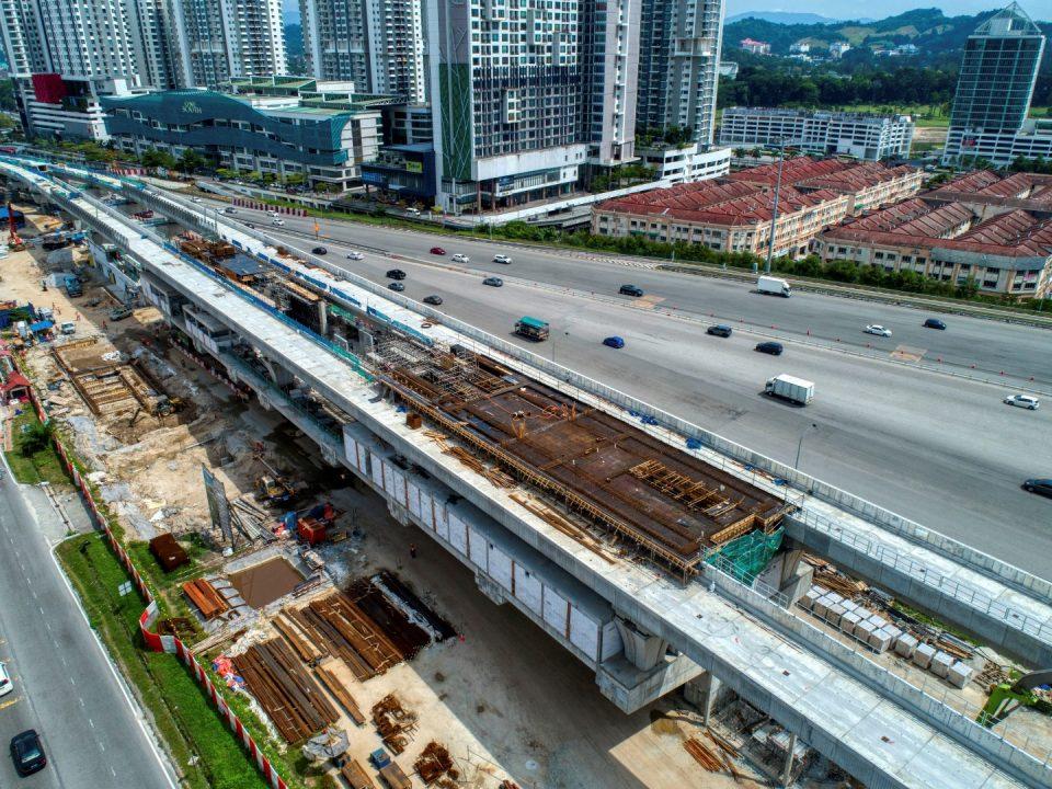 Pandangan udara pemasangan penggantung kabel sedang dijalankan di Stesen MRT Serdang Raya Utara.