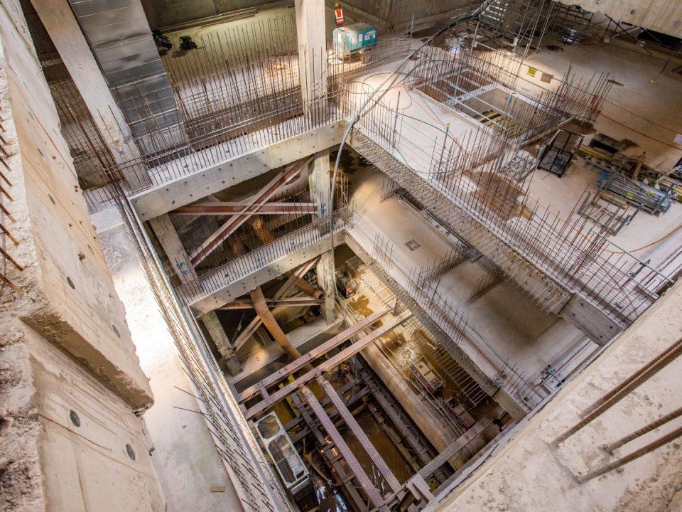 Kerja-kerja sengkangan siap di bahagian selatan untuk penggalian papak asas untuk penembusan Mesin Pengorek Terowong hala utara di tapak Stesen MRT Ampang Park.