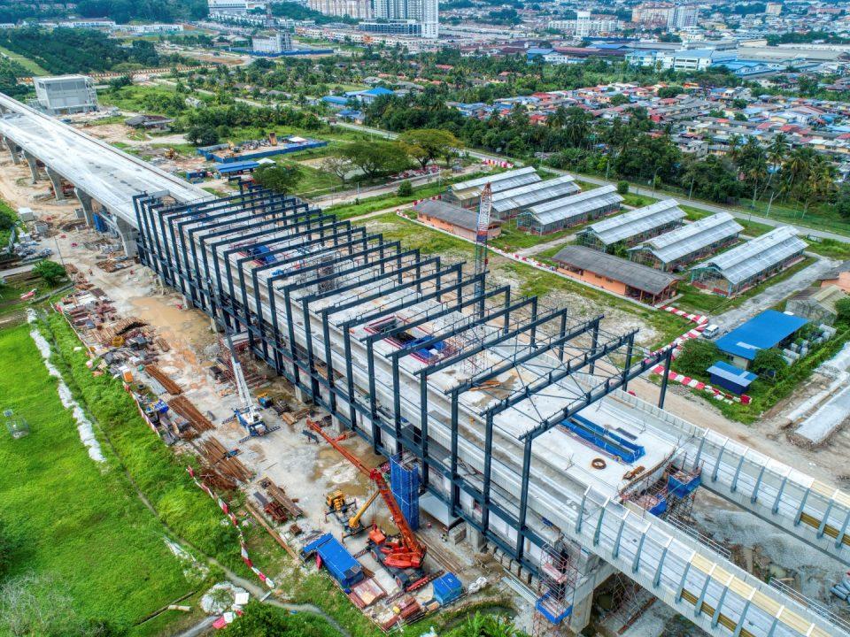 Pandangan tapak Stesen MRT UPM menunjukkan kerja-kerja bumbung sedang dijalankan.