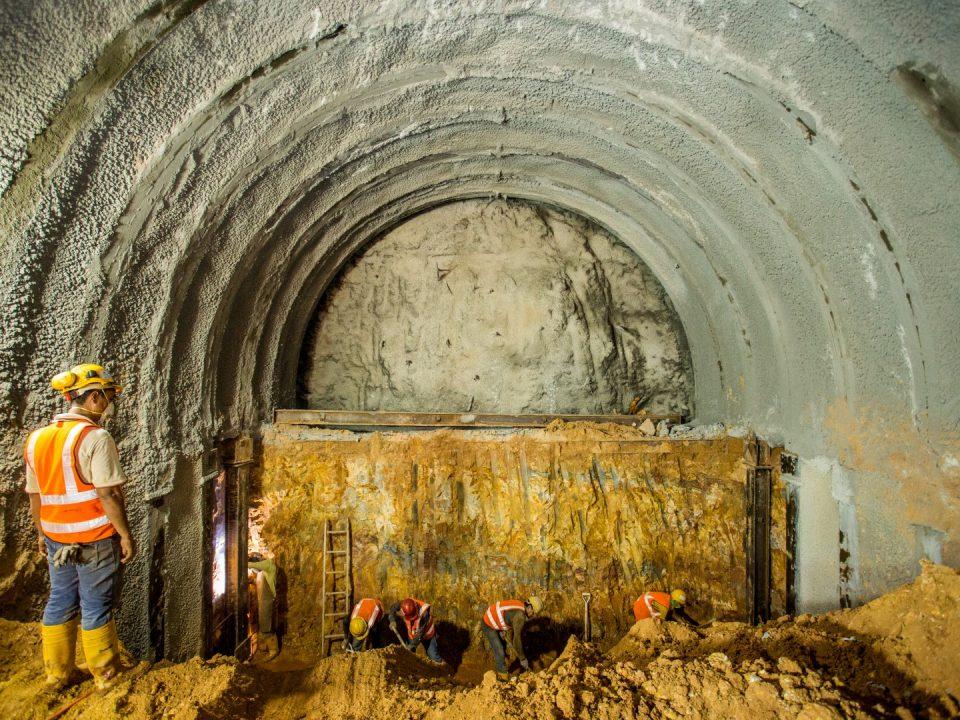 Pemasangan kerangka besi untuk aktiviti lapisan sementara di laluan bawah berhampiran Lebuhraya KL-Seremban.