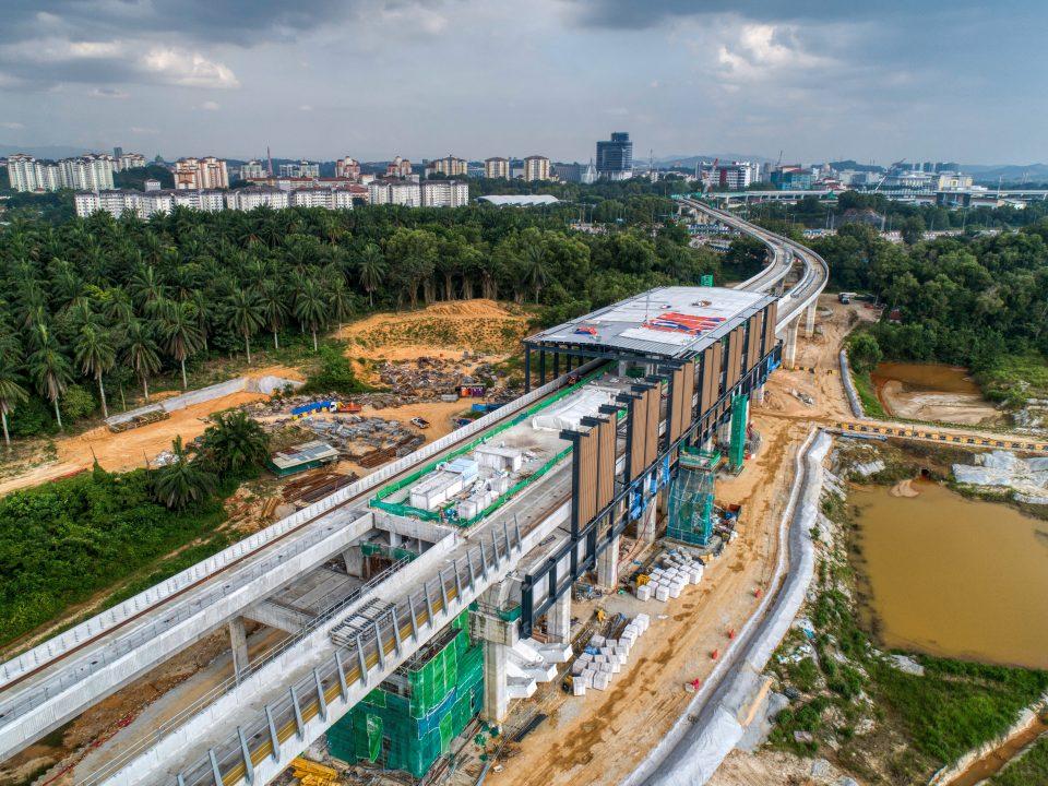 Pandangan udara pemasangan struktur besi untuk fakad sedang dijalankan di tapak Stesen MRT Cyberjaya City Centre.