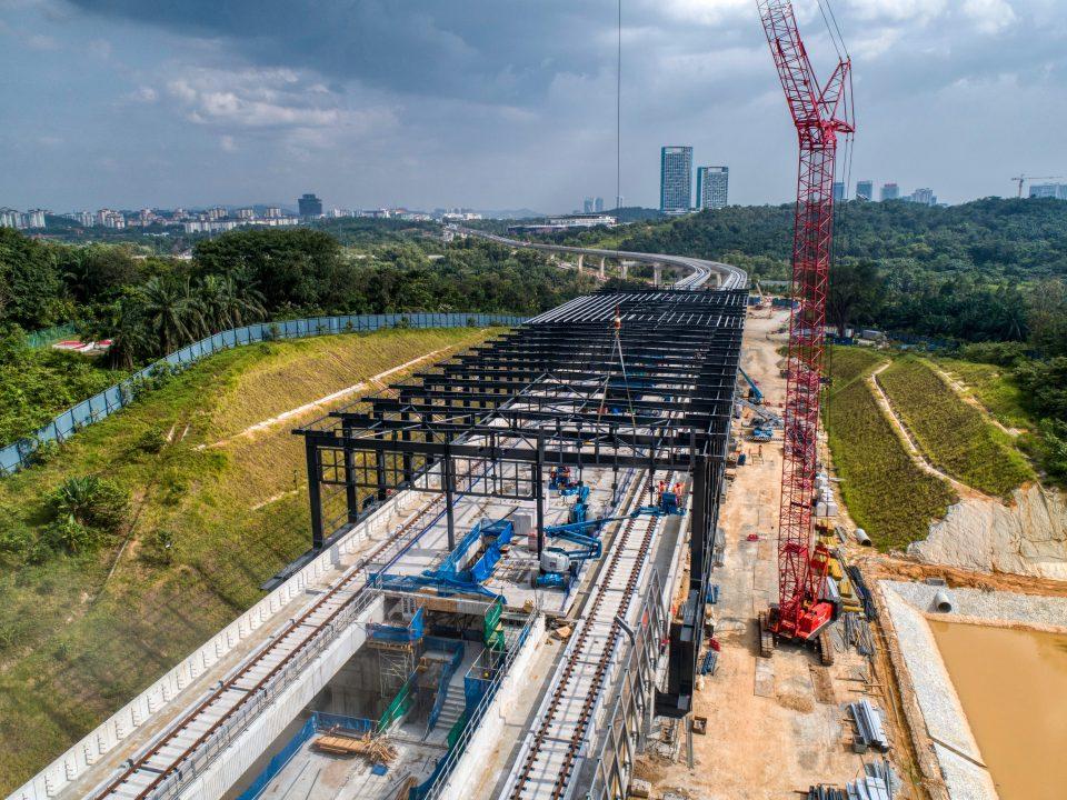 Pandangan udara pemasangan kekuda bumbung struktur besi kekotak stesen sedang dijalankan di tapak Stesen MRT Cyberjaya Utara.