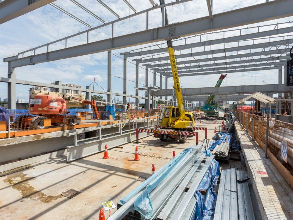 Kerja-kerja struktur besi sedang dijalankan di tapak Stesen MRT Kentonmen.