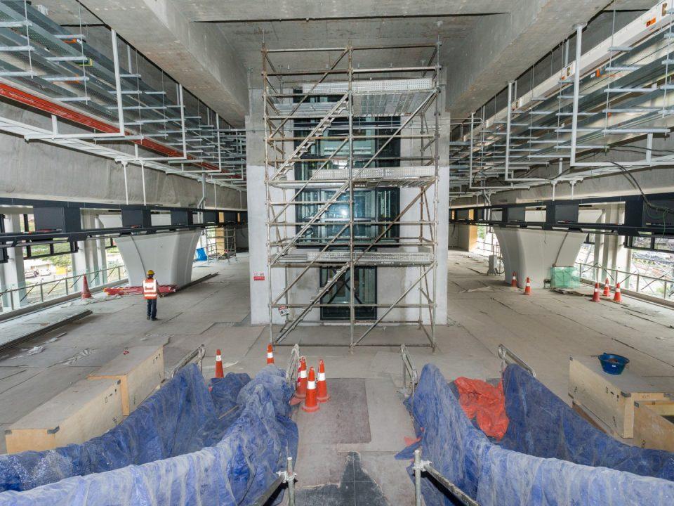 Pandangan pemasangan panel kaca untuk lif sedang dijalankan di tapak Stesen MRT Kampung Batu.