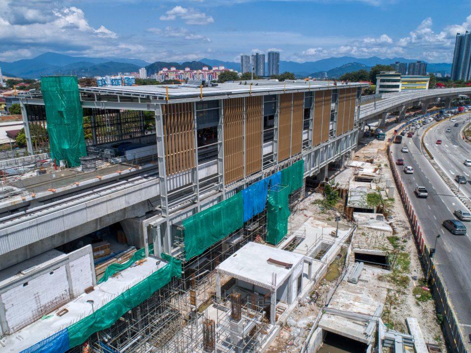 Pandangan udara papak ruang legar Pintu Masuk A sedang dijalankan di tapak Stesen MRT Jinjang.