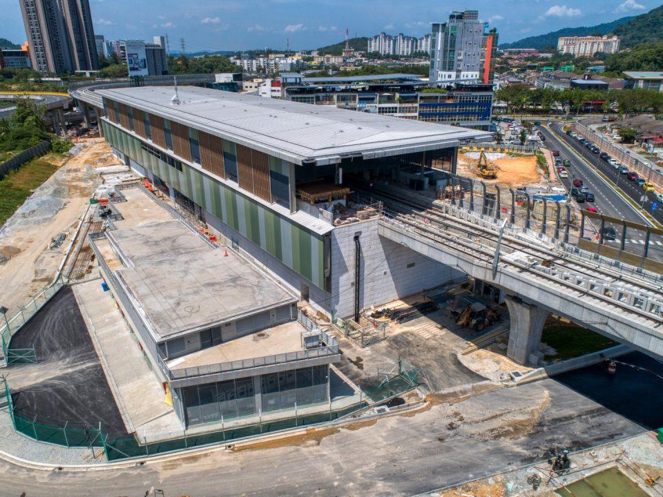 Pandangan udara kerja-kerja jalan sedang dijalankan di tapak Stesen MRT Sri Damansara Sentral.