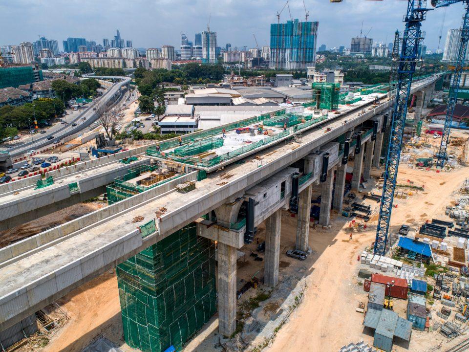 Pandangan udara tapak Stesen MRT Kuchai menunjukkan aras ruang legar, tengah, platform stesen dan pemasangan struktur besi sedang dijalankan.