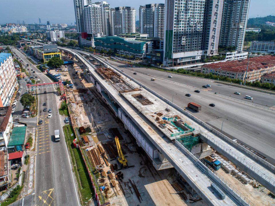Pandangan udara kerja-kerja rasuk tanah dan tiang sedang dijalankan di Stesen MRT Serdang Raya Utara.