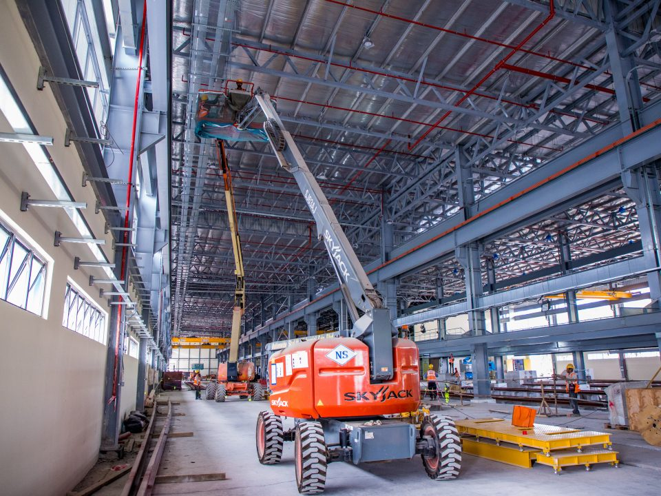 Pandangan kerja-kerja seni bina sedang dijalankan seperti kerja-kerja penjubinan, bata, kerja-kerja mengecat termasuk pemasangan pintu, tingkap dan tingkap berbilah di bengkel kereta api Depoh Serdang.