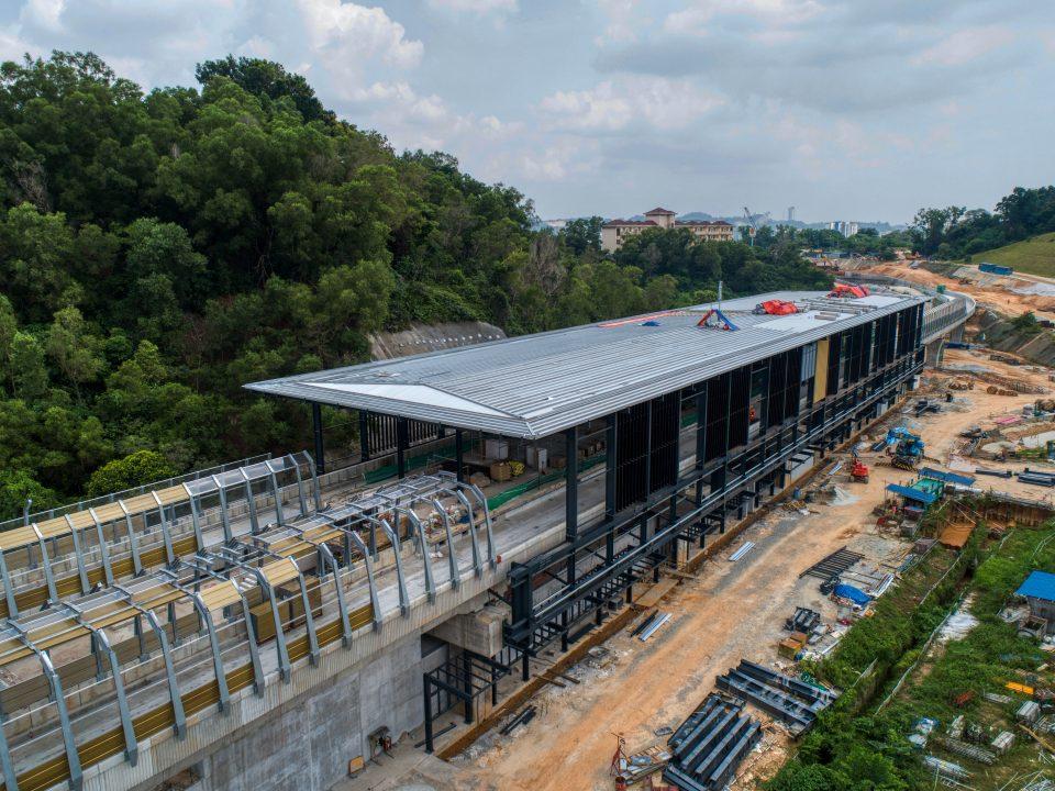 Pandangan udara pemasangan fakad dan kepingan bumbung di tapak Stesen MRT Taman Naga Emas