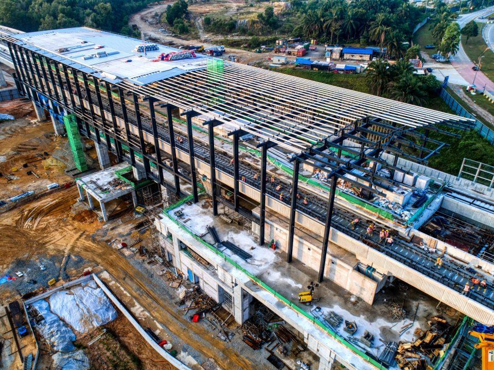 Pandangan udara pemasangan lapik bumbung di tapak Stesen MRT Cyberjaya City Centre.