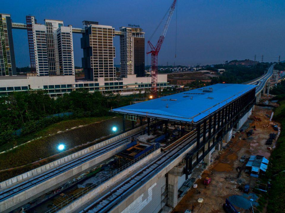 Pandangan udara pemasangan lapisan pertama lapik bumbung Stesen MRT Cyberjaya Utara sedang dijalankan.