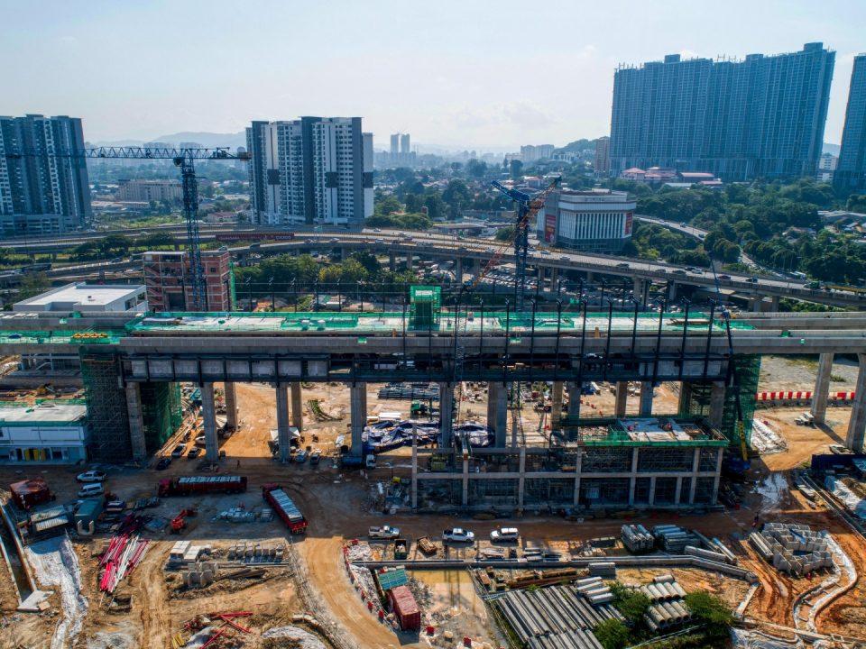 Pandangan udara tapak Stesen MRT Kuchai menunjukkan kerja-kerja pembinaan yang sedang dijalankan.