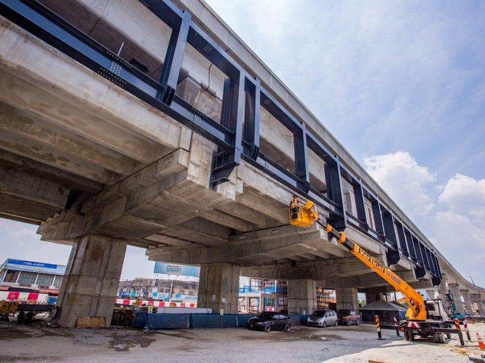 Kerja-kerja struktur besi sedang berjalan di Stesen MRT Serdang Raya Selatan.