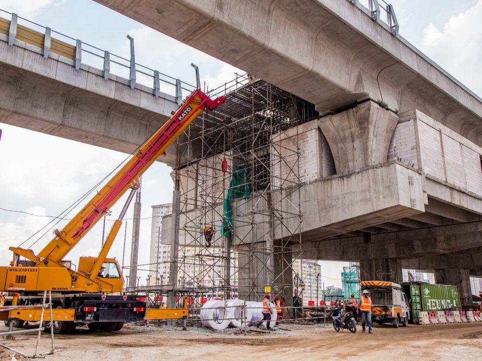 Kerja-kerja konkrit dinding lif sedang dijalankan di aras platform Stesen MRT Serdang Raya Utara.