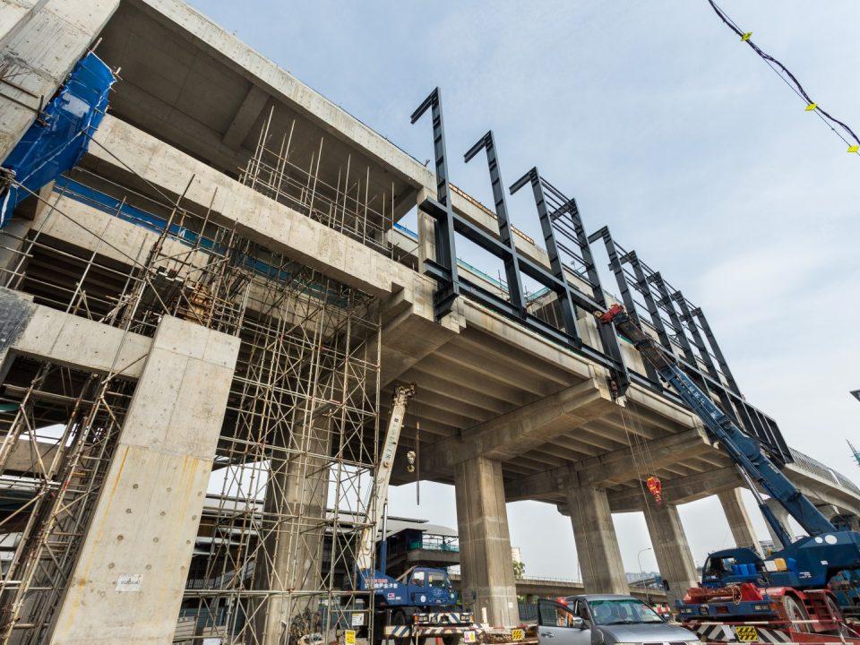 Pemasangan struktur besi untuk kerangka portal di kekotak stesen Stesen MRT Sungai Besi.