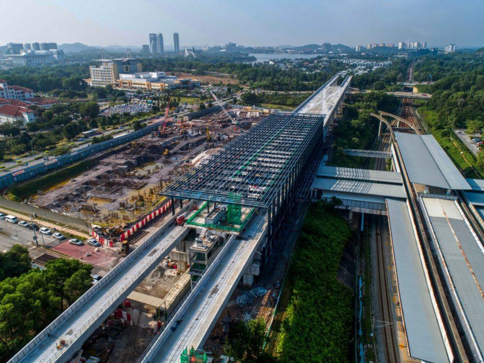 Pandangan udara tapak Stesen MRT Putrajaya Sentral menunjukkan pemasangan besi kekuda bumbung sedang dijalankan.