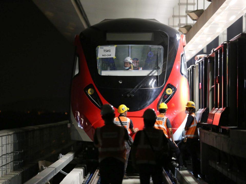 SELESAI: Pasukan tersebut memasang kembali kepala pengganding tren MRT Laluan Putrajaya setelah selesai Ujian Tolok Selubung Kinematic pada malam pertama, di Stesen MRT Kwasa Damansara.