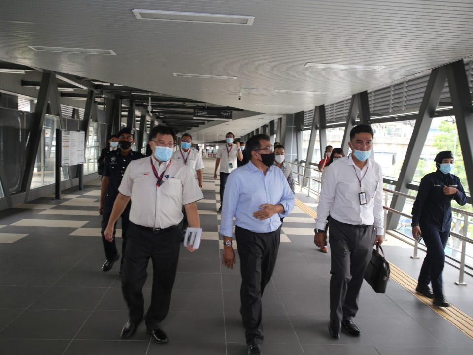 TINJAUAN STESEN: Timbalan Menteri Pengangkutan, YB Tuan Hasbi Habibollah (tengah) sedang diberi tinjauan ke Stesen MRT Pasar Seni termasuk ke jejantas pejalan kaki yang menghubungkan stesen ini dengan Stesen KTM Kuala Lumpur. Mengiringi beliau adalah Ketua Komunikasi Strategik dan Perhubungan Pihak Berkepentingan Mass Rapid Transit Corporation Sdn Bhd, Encik Leong Shen-Li (kiri) dan Ketua Pegawai Operasi Rapid Rail Sdn Bhd MRT Laluan Kajang (dahulunya dikenali sebagai MRT Laluan Sungai Buloh-Kajang), Tuan Haji Azmi Mohd Zain (kanan).