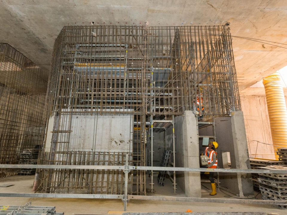 Pemasangan rebar dan pemasangan kerja acuan dinding dalaman konkrit tetulang di aras ruang legar Stesen MRT Persiaran KLCC