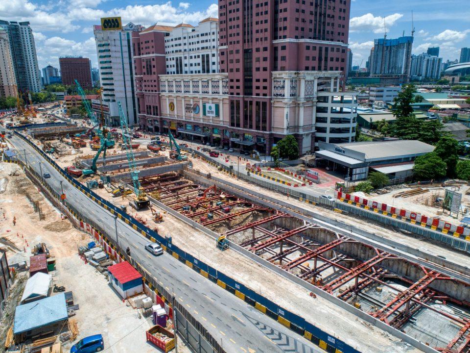Pandangan udara tapak Stesen MRT Jalan Ipoh menunjukkan kerja-kerja penggalian dan pemasangan sengkang sedang dijalankan.