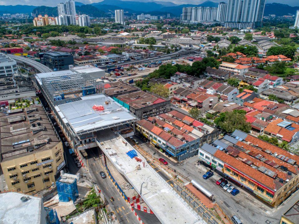 Pandangan udara tapak Stesen MRT Kentonmen menunjukkan kerja-kerja bumbung sedang dijalankan.